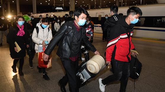 2월 중순 이후 업무로 복귀하기 위해 대도시로 향하는 중국인 발걸음이 많아지고 있다. [중국 신화망 캡처]