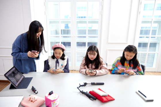소중 학생기자단이 오 마케터의 도움을 받아 앱 이용 방법을 배웠다. 촬영한 영상을 갤러리에서 불러와 손쉽게 오리거나 이어 붙일 수 있다. 화면 전환, 음악 넣기, 로고 삽입 등의 기능도 간편하다.