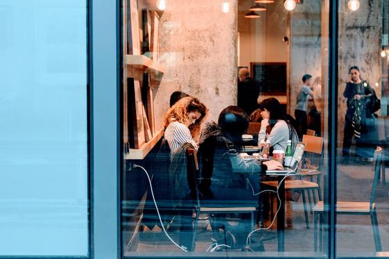 매장 전면을 연출할 때 고려할 점은 고객이 바깥에서 봤을 때 매장에서 무엇을 판매하는지 명확하게 알 수 있어야 한다. [사진 Pixabay]