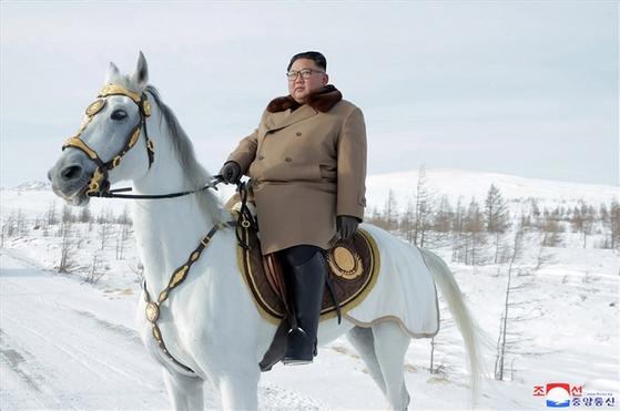 김정은 북한 국무위원장이 군 간부들과 함께 군마를 타고 백두산을 등정했다고 조선중앙통신이 4일 보도했다. 사진은 백마를 탄 김 위원장. [연합뉴스]