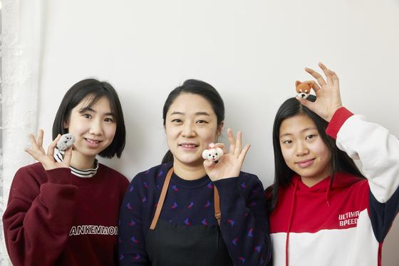 소중 학생기자단이 박희진 작가의 도움을 받아 니들펠트 만들기에 도전해봤다. 유다현(왼쪽) 학생모델·박희진 작가·백서정 학생모델이 자신이 만든 니들펠트 작품을 들고 환하게 웃고 있다.