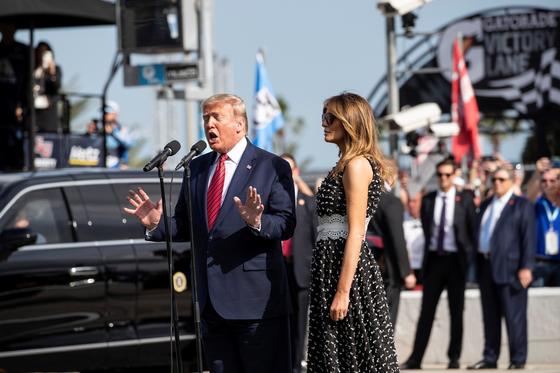트럼프 대통령이 나스카 500 경기에 참석해 개회를 선언하고 있다. [AP=연합뉴스]