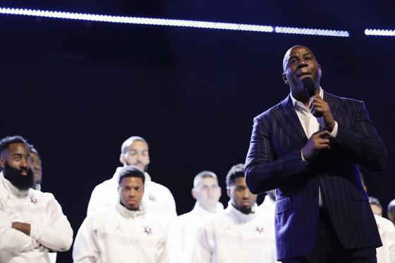 NBA 올스타전에 앞서 농구 레전드 매직 존슨이 코비 브라이언트 추모사를 하고 있다. [AP=연합뉴스]