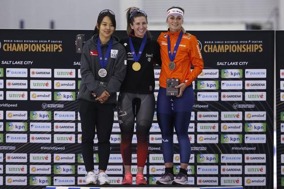 종목별 세계선수권 은메달을 따낸 김보름(왼쪽), 금메달은 이바니 블롱댕(가운데), 동메달은 이레인 스초우텐. [AP=연합뉴스]