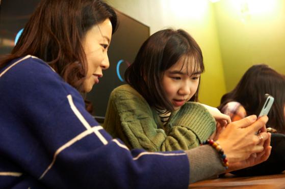 틱톡은 14세 이상 사용 가능한 앱이다. 적정 연령 이상이라면 누구나 가입 후 자유롭게 촬영, 편집 등의 기능을 이용할 수 있다.