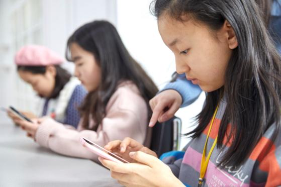 소중 학생기자단이 각자 브이로그를 완성하겠다며 집중하고 있다.