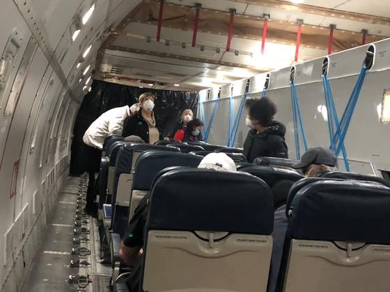 다이아몬드 프린세스호에서 내린 승객들이 17일 새벽 하네다공항에서 미국으로 향하는 전세기에 탑승하고 있다. [로이터=연합뉴스]