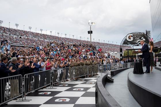 트럼프 대통령이 '데이토나 500 자동차 경주'가 시작되기 전 연설하고 있다. [AP=연합뉴스]