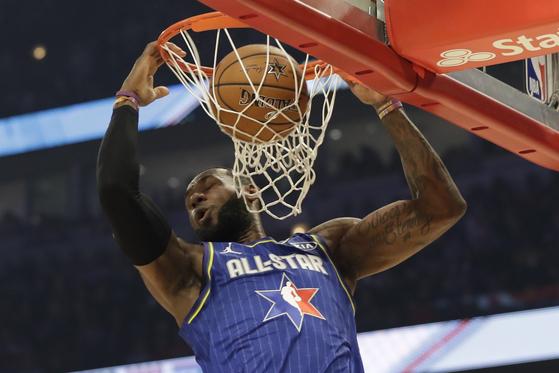 르브론 제임스가 NBA 올스타전 1쿼터에서 앨리훕 덩크를 성공시키고 있다. [AP=연합뉴스]
