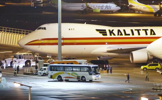 17일 새벽 하네다공항에 다이아몬드 프린세스호에서 내린 미국인 승객 300여 명을 태우고 귀국하는 전세기가 대기하고 있다. [AP=연합뉴스]
