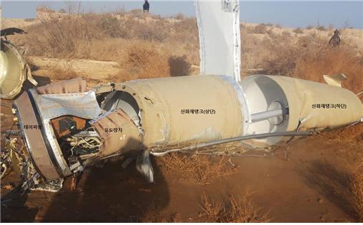이란 미사일 잔해를 보면 추친체와 유도 부분 등 구조적 특징이 확인된다. [사진=breakingdefense.com]