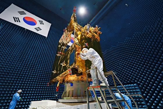 정지궤도위성 '천리안 2B호'가 오는 19일(한국시간) 남아메리카 프랑스령 기아나에서 발사된다. <br>  위성은 앞으로 3만6천㎞ 상공에서 동아시아 지역을 바라보며 미세먼지의 이동과 적조·녹조 현상을 담은 데이터를 보내게 된다. 사진은 천리안 2B호의 개발 과정을 담은 모습. [사진 항공우주연구원]