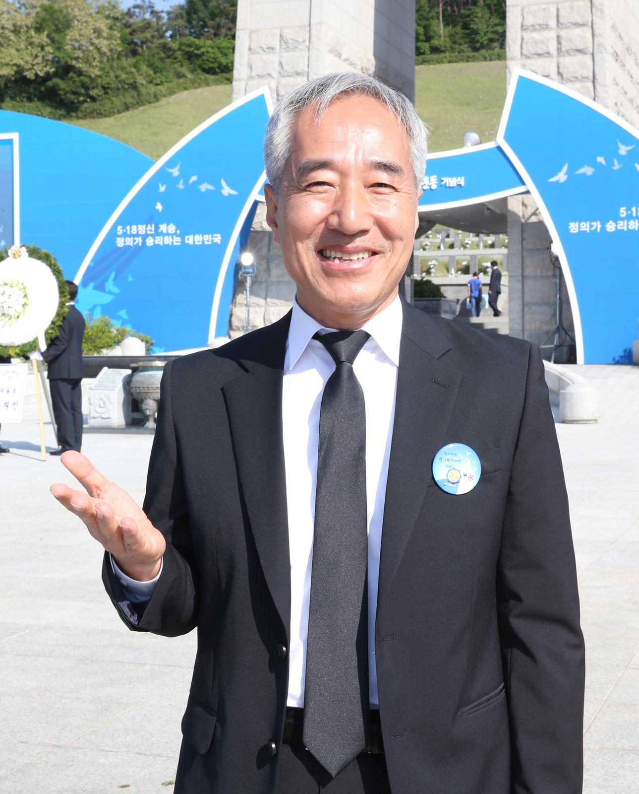 김종률 광주문화재단 사무처장이 18일 국립 5·18민주묘지에서 '임을 위한 행진곡' 제창에 대한 소회를 밝히고 있다. [중앙포토]
