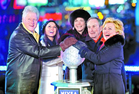 2008년 12월 31일 뉴욕 타임스스퀘어 새해 맞이 행사에 참석한 힐러리 클린턴 당시 미 국무장관 지명자, 마이클 블룸버그 뉴욕시장, 블룸버그 시장 여자친구 다이애나 테일러, 블룸버그 시장 딸 조지나(오른쪽부터). 블룸버그와 클린턴 전 장관은 미국 대선 러닝메이트설이 돌고 있다 [EPA=연합뉴스]