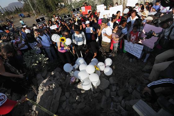 시위대가 17일 파티마를 추모하고 있다. [AP=연합뉴스]