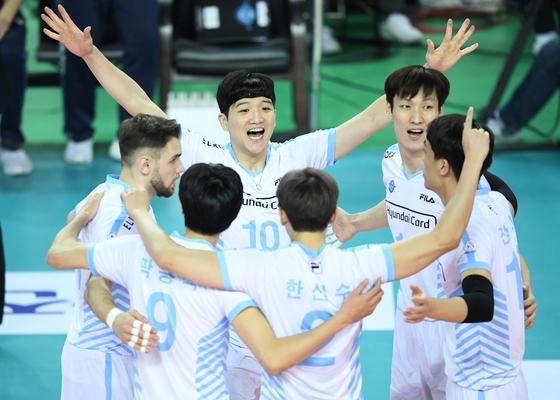 19일 한국전력과 경기에서 득점을 올린 뒤 기뻐하는 대한항공 선수들. [사진 한국배구연맹]