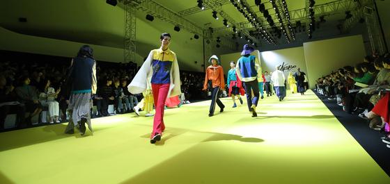 지난해 10월 15일 열린 '2020 S/S 서울패션위크' 카루소 패션쇼에서 모델들이 피날레를 하고 있다. [사진 뉴스1]