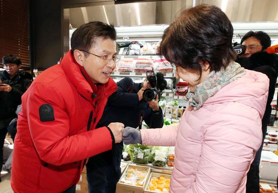 황교안 미래통합당 대표가 18일 오후 서울 종로구 교남동 상가밀집지역을 방문해 상인과 인사나누고 있다. [뉴스1]