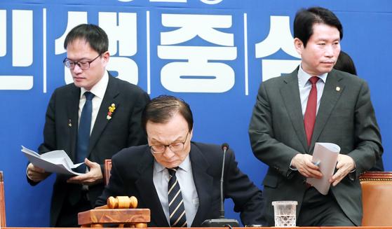 민주당 이해찬 대표(가운데)와 이인영 원내대표(오른쪽)가 지난 17일 오전 국회 당대표 회의실에서 열린 최고위원회의에 참석하고 있다. 왼쪽은 박주민 최고위원. 임현동 기자