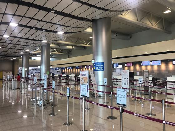 코로나 19의 영향으로 제주국제공항 매표창구가 텅 비어있다. 최충일 기자