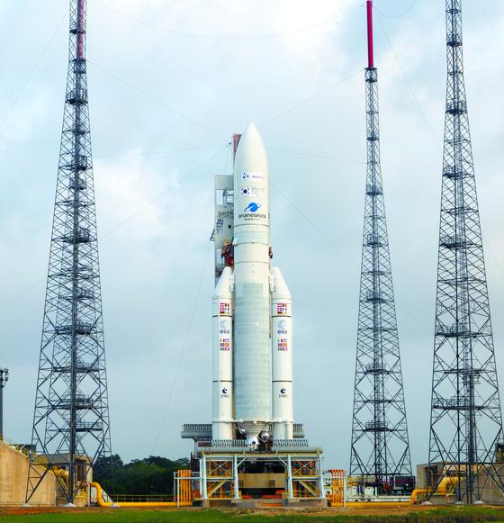 19일 남아메리카 프랑스령 기아나에서 우주로 떠나는 천리안위성 2B호의 발사체. 아리안 스페이스사의 아리안(Ariane)이다. [사진 천리안 2B호 공동취재단한국]