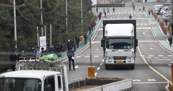 현대자동차그룹이 일부 공장의 휴업을 연장하기로 했다. 중국산 부품의 공급이 불안정한 게 이유다. 지난 11일 생산을 재개한 현대차 울산공장에 부품을 실은 트럭들이 들어오는 모습. [뉴스1]