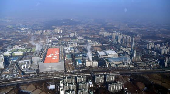 SK하이닉스는 지난해 12월 경기도 이천 사업장에 5만3000㎡ 규모로 반도체 생산공장 'M16'을 착공했다. M16은 SK하이닉스가 현재 보유한 부지에 세울 수 있는 마지막 공장이다. [청와대사진기자단]