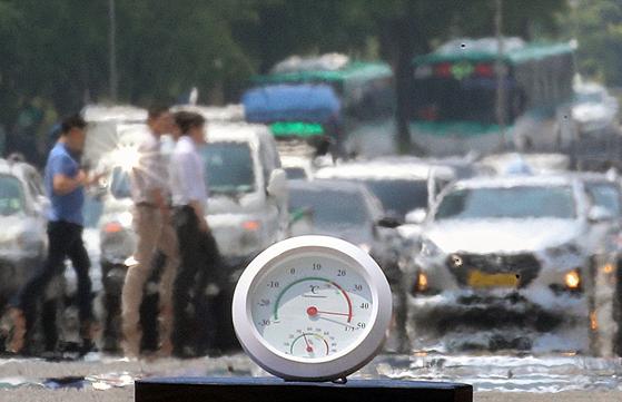 지난해 8월 전국 대부분 지역에 폭염특보가 내려진 가운데 서울 여의도 도로변에서 측정한 온도계가 40도를 가리키고 있다. [뉴스1]