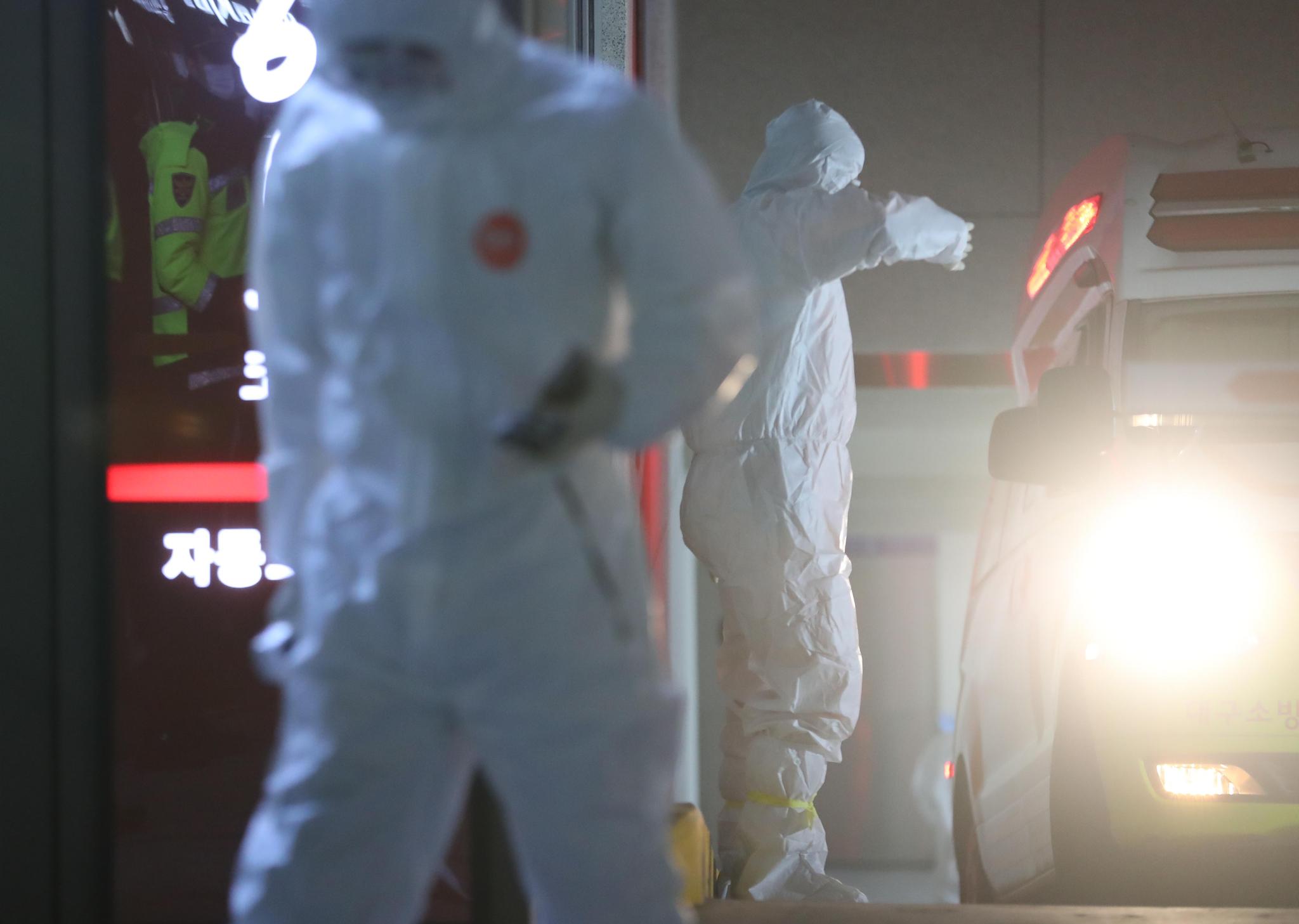 18일 오후 대구시 수성구 병원에서 입원 환자들이 대구의료원으로 이송하기 위해 의료진이 분주하게 움직이고 있다. [연합뉴스]