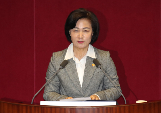추미애 법무부 장관이 18일 서울 여의도 국회에서 열린 본회의에서 신임 국무위원 인사를 하고 있다. 우상조 기자