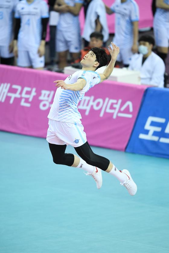 19일 인천에서 열린 한국전력과 경기에서 서브를 넣는 대한항공 정지석. [사진 한국배구연맹]