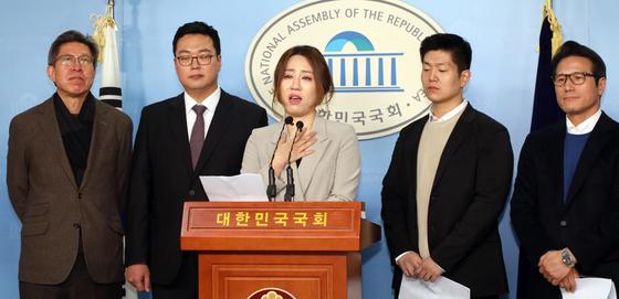 조성은 '브랜드뉴파티' 대표(가운데)가 16일 서울 여의도 국회 정론관에서 기자회견을 열고 미래통합당 합류 선언을 하고 있다. 천하람 젊은보수 대표(왼쪽 두번재), 김재섭 같이오름 창당준비위원장(오른쪽 두번째)도 이날 함께 미래통합당에 합류한다고 밝혔다. [뉴스1]