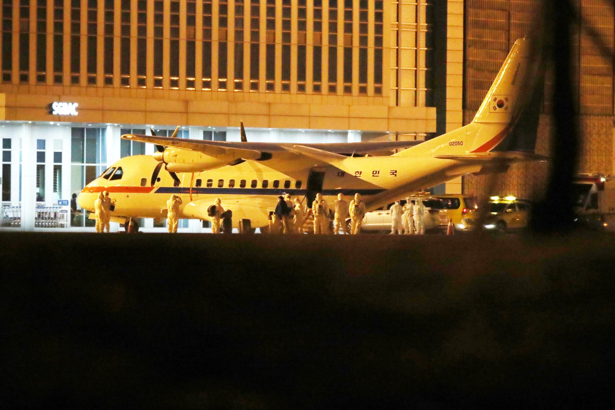 19일 오전 일본 요코하마(橫浜)항에 정박한 크루즈선 '다이아몬드 프린세스'에서 하선한 한국인 6명과 일본인 배우자 1명을 태운 대통령 전용기(공군 3호기)가 김포국제공항에 도착하고 있다. 김성룡 기자