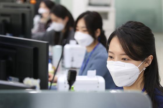 대구 수성동 DGB대구은행 본점 직원들이 마스크를 쓴 채 일하고 있다. [뉴스1]