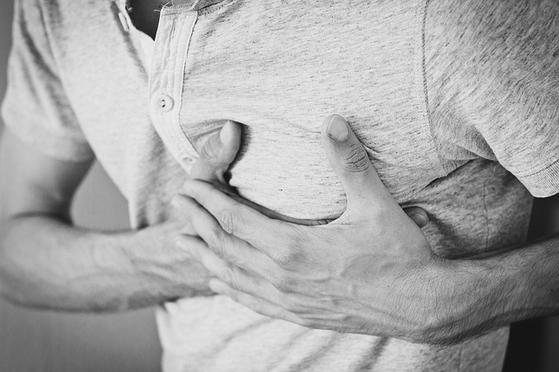 빈맥으로 심계항진(가슴 두근거림)이 나타난다. 경우에 따라서는 혈압이 떨어지면서 전신 무력감이나 어지럼증, 현기증이 동반될 수 있다. [사진 pixabay]