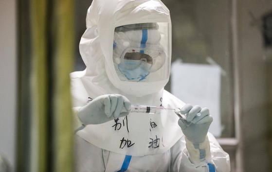 중국의 신종 코로나 사망자가 2000명을 넘어섰다. 중증 환자가 1만 2000명 가까이 돼 앞으로 더 얼마나 많은 사망자가 나올지 예상하기 어려운 상황이다. [중국 인민망 캡처]