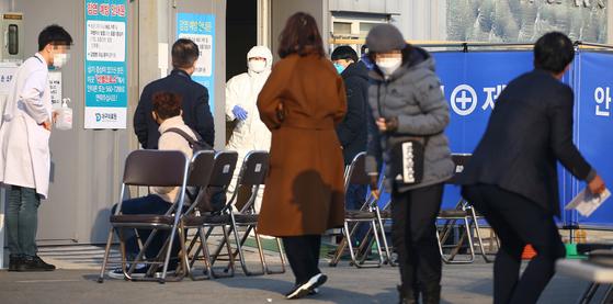 20일 오전 대구시 서구 중리동 대구의료원 선별진료소에 신종 코로나바이러스 감염증(코로나19) 의심 환자들이 검사를 받기 위해 기다리고 있다. [연합뉴스]