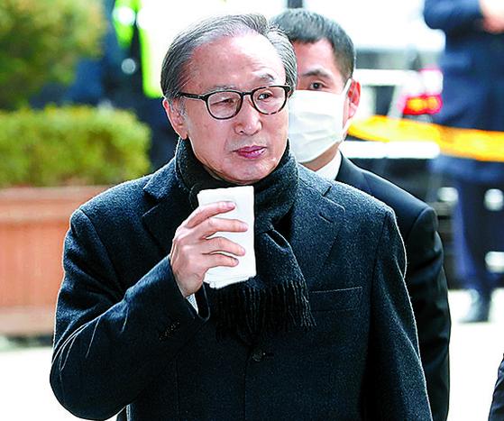 이명박 전 대통령이 19일 서울고등법원에서 열린 항소심에서 벌금 130억원에 징역 17년을 선고받고 다시 구속 수감됐다. 이 전 대통령이 이날 오후 법원에 출두하고 있다. [뉴시스]
