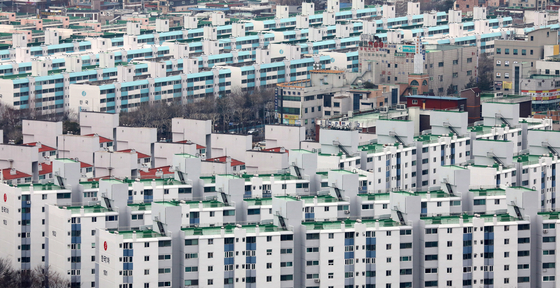 수원 전역이 조정대상지역으로 지정됐다. 19일 경기도 수원시내 아파트의 모습. [뉴스1]