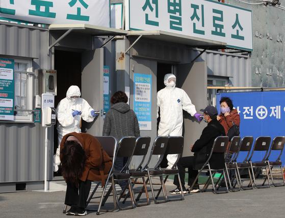 대구에서 신종 코로나바이러스 감염증(코로나19) 확진자가 늘어나는 가운데 20일 대구의료원 선별진료소 앞에서 한 발열환자가 자신의 순서를 기다리고 있다. [뉴스1]