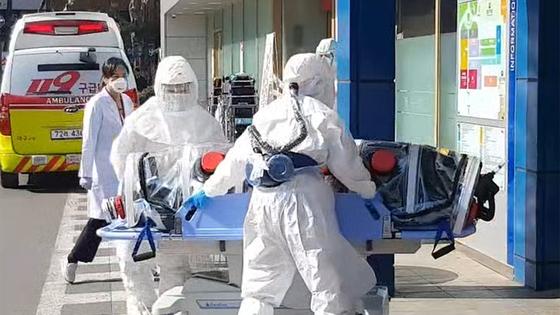 대구에서 신종코로나 감염증(코로나 19) 확진 판정을 받은 환자들이 19일 격리치료를 받기 위해 경북대학교 병원으로 이송되고 있다.[뉴스1]