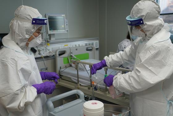 지난 2017년 1월 국가지정 입원 치료 병상을 갖춘 조선대병원 음압격리병실 내에서 진행된 신종감염병 모의 훈련이 진행되고 있다. [연합뉴스]