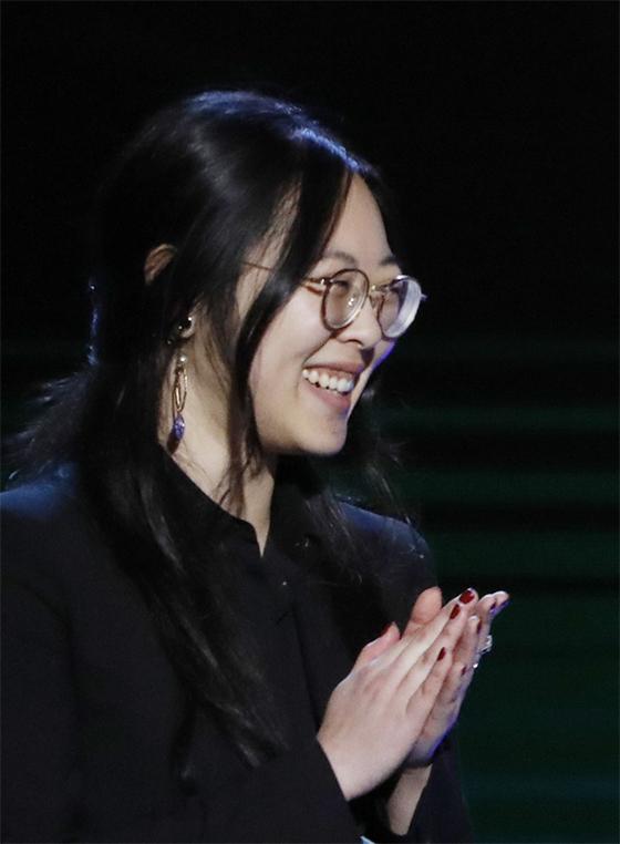 지난해 5월 칸 영화제부터 아카데미상까지 봉준호 감독을 통역한 샤론 최. [AP=연합뉴스]