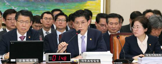 노형욱 국무조정실장(앞줄 가운데)이 20일 서울 여의도 국회에서 열린 정무위원회 전체회의에서 의원질의에 답변하고 있다. [뉴스1]