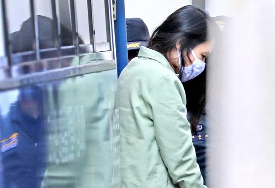 전 남편과 의붓아들을 살해한 혐의로 구속기소된 고유정이 20일 오후 1심 선고 공판에 출석하기 위해 제주지법에 도착해 호송차에서 내리고 있다. [연합뉴스]
