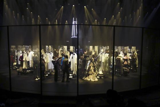 19일 이탈리아 밀라노에서 열린 구찌의 2020 가을겨울 패션쇼. 쇼가 완성되기 직전의 분주한 백스테이지 모습을 본 무대로 올리는 독특한 연출로 화제가 됐다. [사진 AP=연합뉴스]