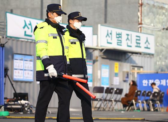 20일 오전 대구시 서구 중리동 대구의료원에서 경찰이 순찰하고 있다. [연합뉴스]