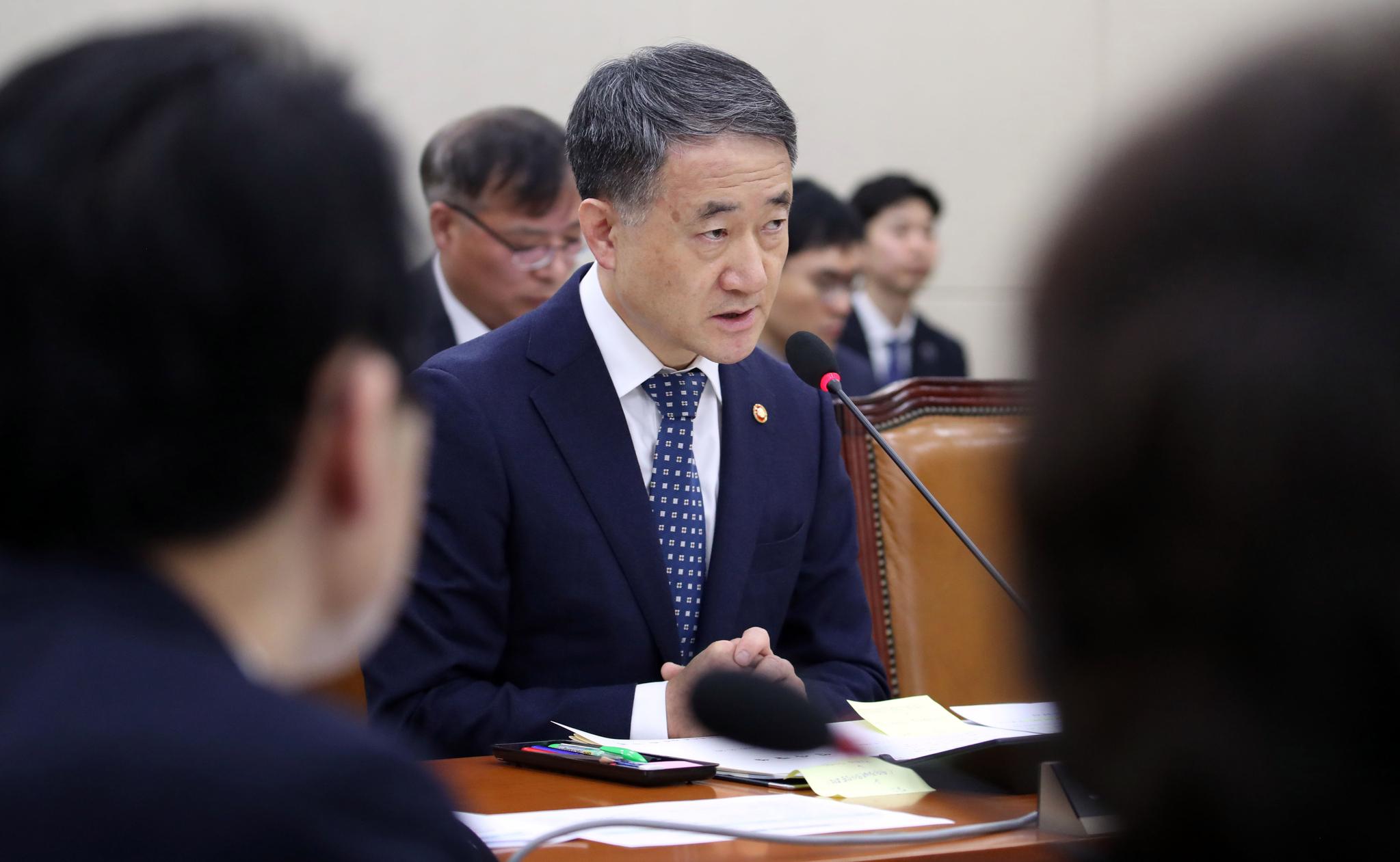 박능후 보건복지부 장관이 20일 국회에서 열린 보건복지위원회 전체회의에서 의원들 질의에 답하고 있다. [연합뉴스]