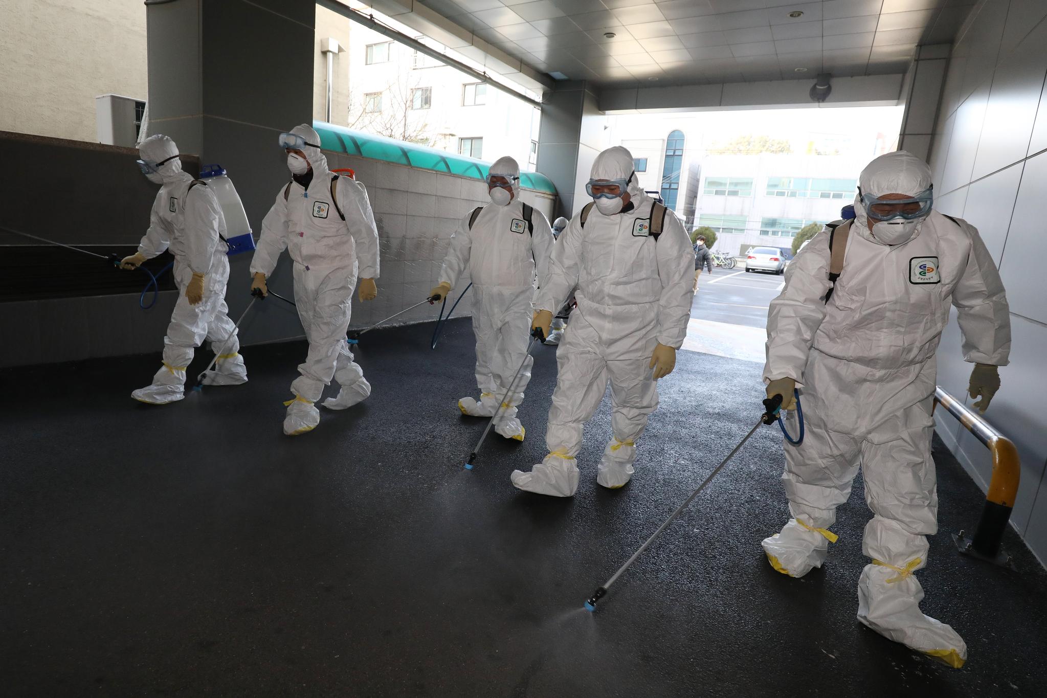 신종 코로나바이러스 감염증(코로나19) 확진자가 늘어나는 가운데 19일 오후 대구 남구보건소 관계자들이 국내 31번째 확진자가 다녀간 대구 남구 신천지 대구교회 건물 주변을 소독하고 있다. [뉴스1]