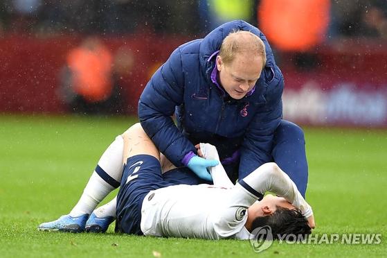 오른팔 골절상을 입은 손흥민이 21일 서울에서 수술 받는다. [AP=연합뉴스]